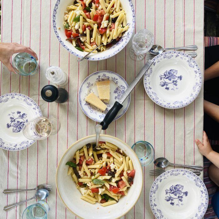 zomerpasta met mozzarella en tomaat